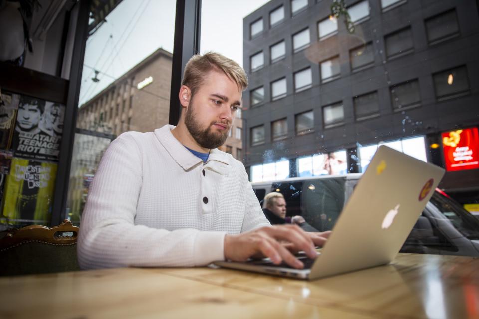 Sasu Karttunen kirjoittaa gradua Ihana kahvilassa Helsingissä