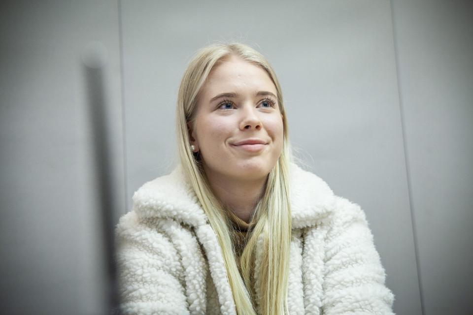 Olivia Honkonen keskustelee raha-asioista Pohjois-Savon Osuuspankissa