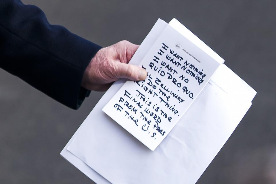 Lähikuva Donald Trumpin muistiinpanoista, joissa lukee versaalein: