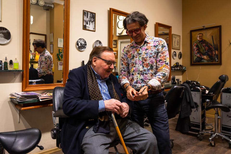 Bror Bäckström laittoi Spedelle tupeen ja leikkasi Holkerin kohuparran – yli 60-vuotisen uran tehneen parturin ei pitänyt koskaan jäädä eläkkeelle