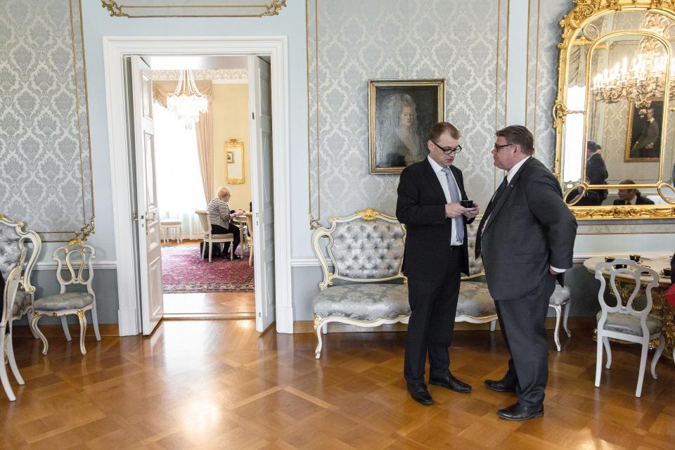 Juha Sipilä ja Timo Soini puhuvat keskenään.