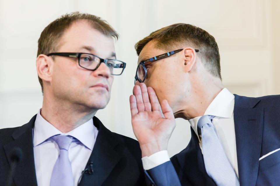 Alexander Stubb kuiskaa Juha Sipilän korvaan.