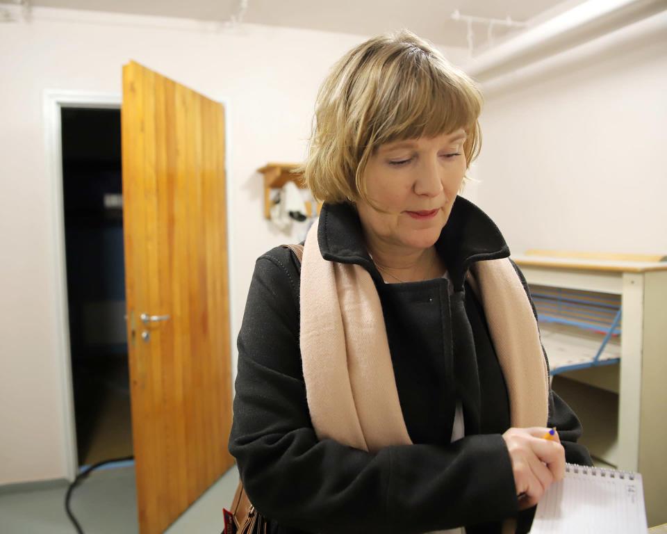 Rovaniemen OP-kodin isännöintiliiketoiminnan asiakkuusjohtaja Tarja Väihkönen tutkii papereita kerrostalon kellarissa.