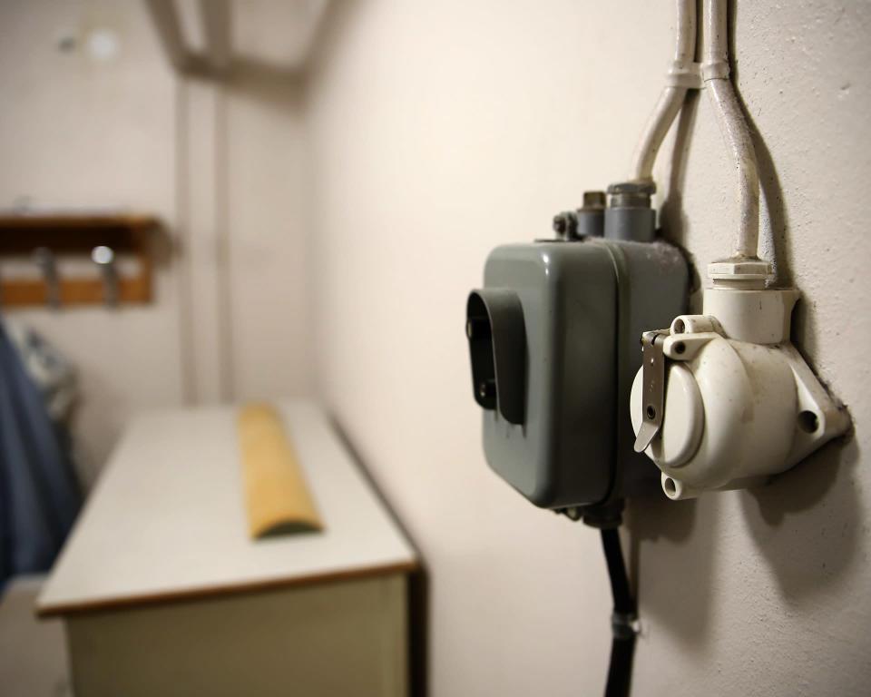 Vanhoja sähkörasioita kerrostalon kellaritiloissa.