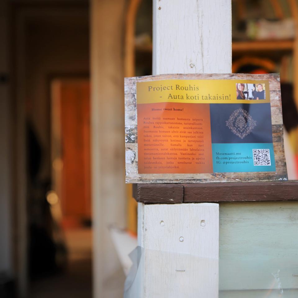 Project Rouhis -lehtinen rintamamiestalon kuistilla.