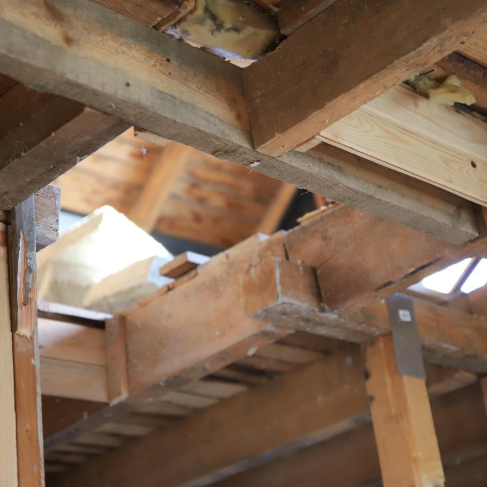 Alakerrasta näkyy yläkertaan, kun talon rakenteita on purettu.