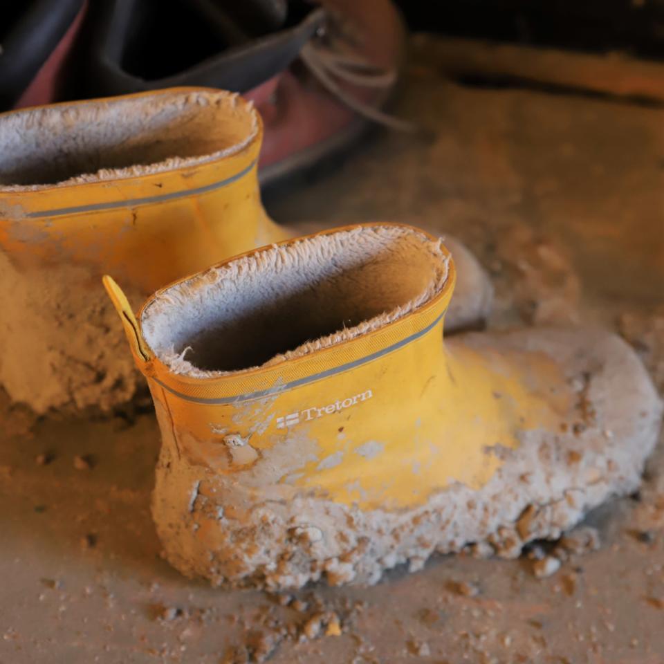 Keltaiset saappaat joihin on kuivunut sementtiä.