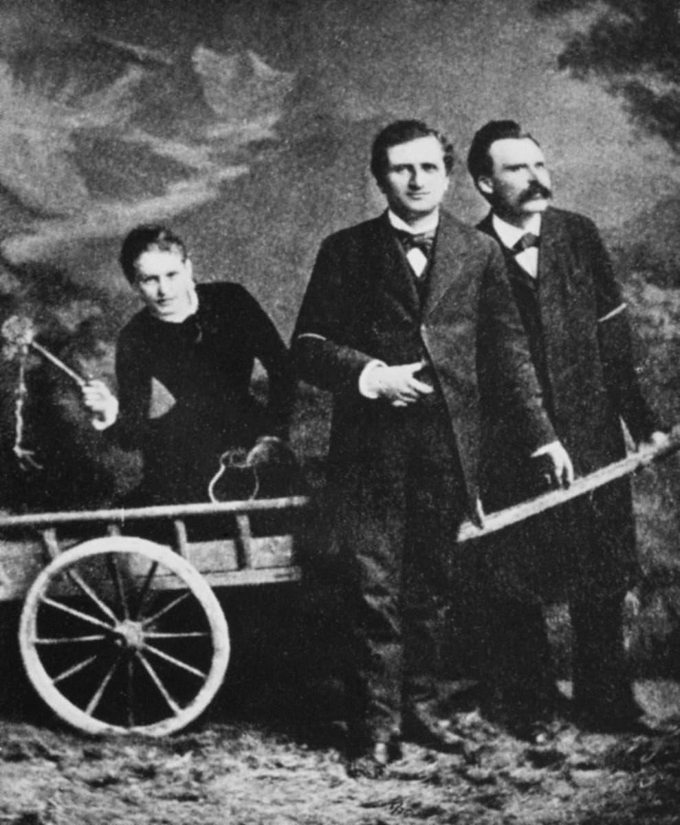 Potretissa näkyvät Lou Andreas-Salomé sekä kirjailija Paul Ree ja filosofi Friedrich Nietzsche, joiden kanssa Salomella oli omalaatuinen kolmiodraama. Kuva on vuodelta 1882, jolloin Salome oli 21-vuotias.